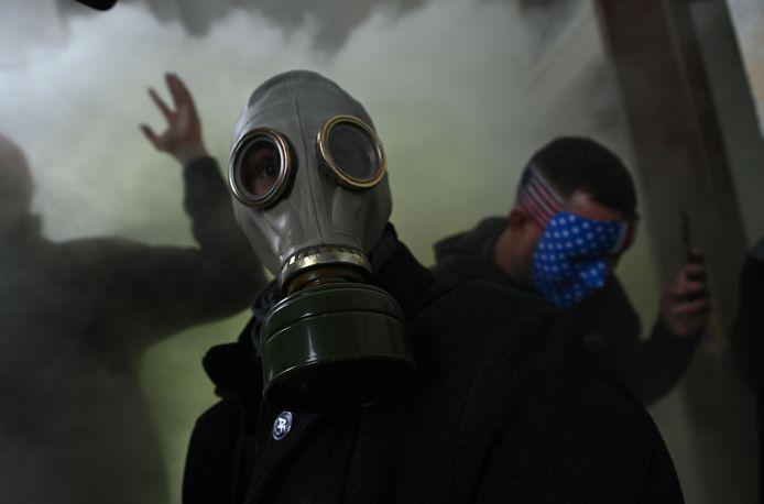 Een demonstrant met een gasmasker. Veiligheidsdiensten zetten onder meer traangas in om de Trump-aanhangers te verdrijven