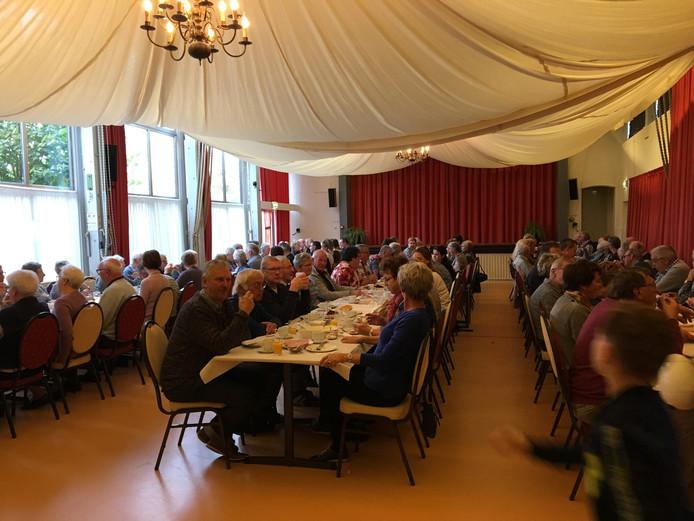 Lange rijen tafels bij afscheidsontbijt en brunch van de gemeente Aalburg.