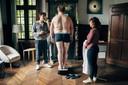 Tom bij een van de delicate scènes in 'Albatros': het wegen van de deelnemers zonder badjas.