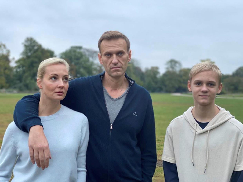 Aleksej Navalny met zijn vrouw Joelia en hun zoon Zahar op een foto die hij deze week op Instagram plaatste. Beeld Reuters