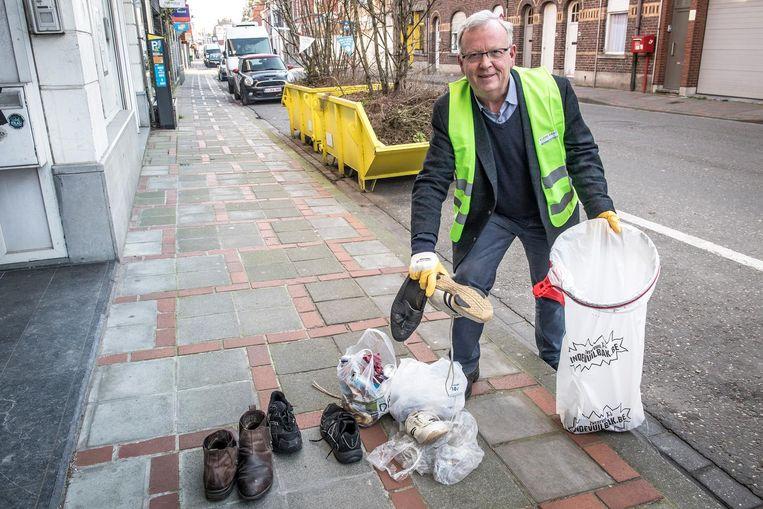 """Didier Dejonghe kuist sinds 1981 elke dag de Ardooisesteenweg. Hij toont zijn 'buit'. """"Soms kan ik een winkel openen met de spullen die ik gevonden heb"""", lacht hij."""