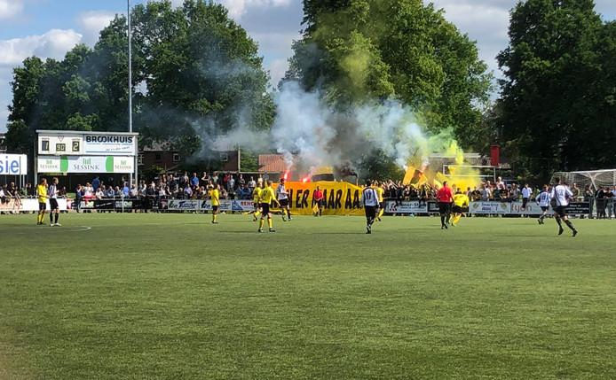Supporters van DOS Kampen vieren de titel al vlak voor tijd