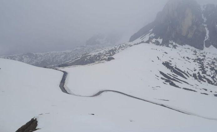 Sneeuw op de Passo Giau, die wél beklommen wordt vandaag.