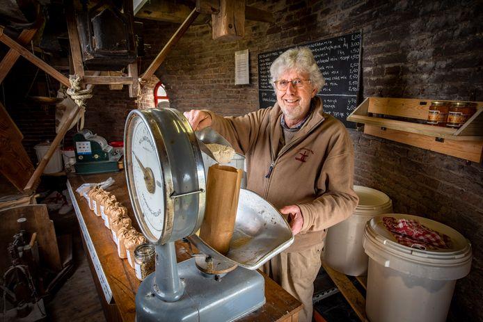 Rieks Eggens is al 30 jaar actief om de Bronkhorster molen draaiende te houden.