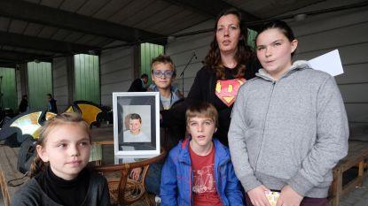 """Klasgenootjes overleden Demian (11) naar Efteling dankzij benefiet: """"Hij had dit geweldig gevonden"""""""