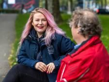 Buurtconciërge Sterre (32) pakt alles aan in Utrecht-Oost: 'Niet lullen, maar poetsen past bij mij'