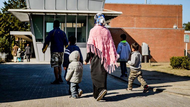 Asielzoekers in het AZC Heerhugowaard. De gevangenis wordt omgebouwd tot een asielzoekerscentrum voor ongeveer 600 asielzoekers, foto uit 2015. Beeld anp