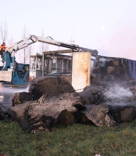 Veel vertraging op snelweg A15 bij brandende trailer met isolatiewol