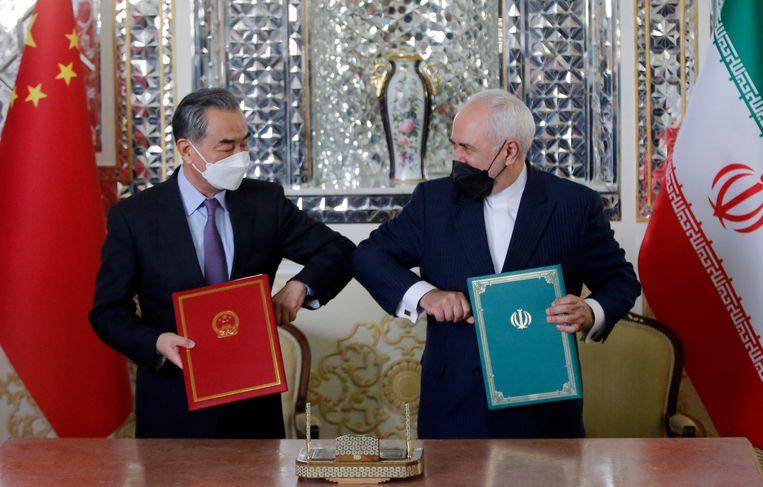 De Chinese minister van buitenlandse zaken Wang Yi en zijn Iraanse collega Javad Zarif na het ondertenen van het samenwerkingsverdrag tussen China en Iran.  Beeld EPA