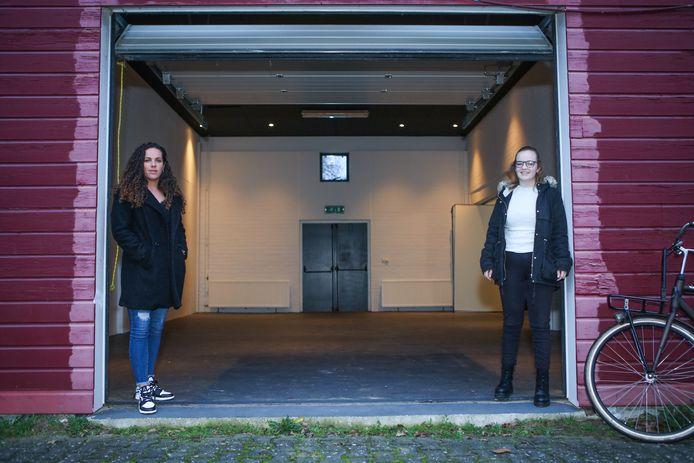Jongerenwerkster Kelly van Ginkel (links) en Dorien Olsman bij de  toekomstige jongerenruimte in Hardenberg.