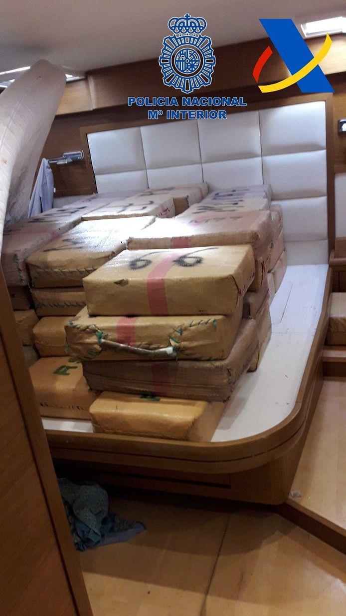 De drugspakketten in een van de zeiljachten.