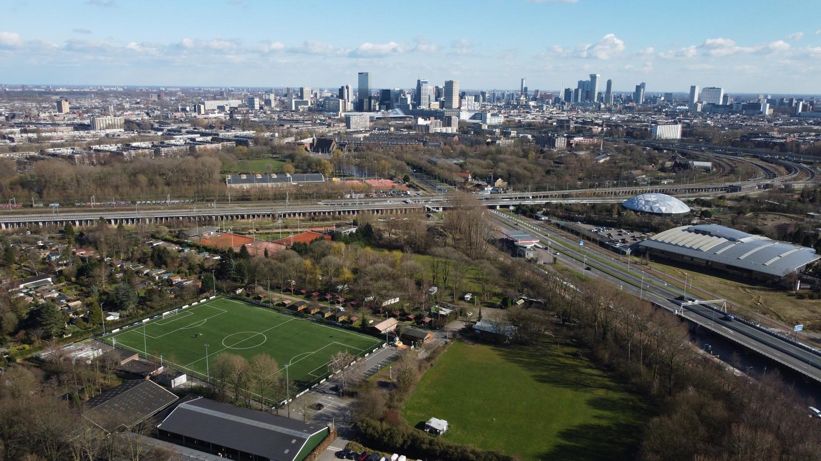 Voetbalclub Steeds Hooger is omzoomd door volkstuinen, een manege en de Stadscamping.