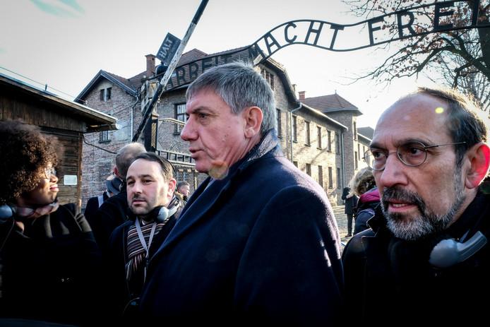 """Michael Freilich, membre de la chambre N-VA, et Jan Jambon, ministre-président flamand, sous le panneau """"Arbeit Macht Frei"""" à la porte du camp d'Auschwitz, lors d'une commémoration pour le 75e anniversaire de la libération du camp de concentration d'Auschwitz-Birkenau, à Oswiecim, en Pologne, le mardi 21 janvier 2020."""