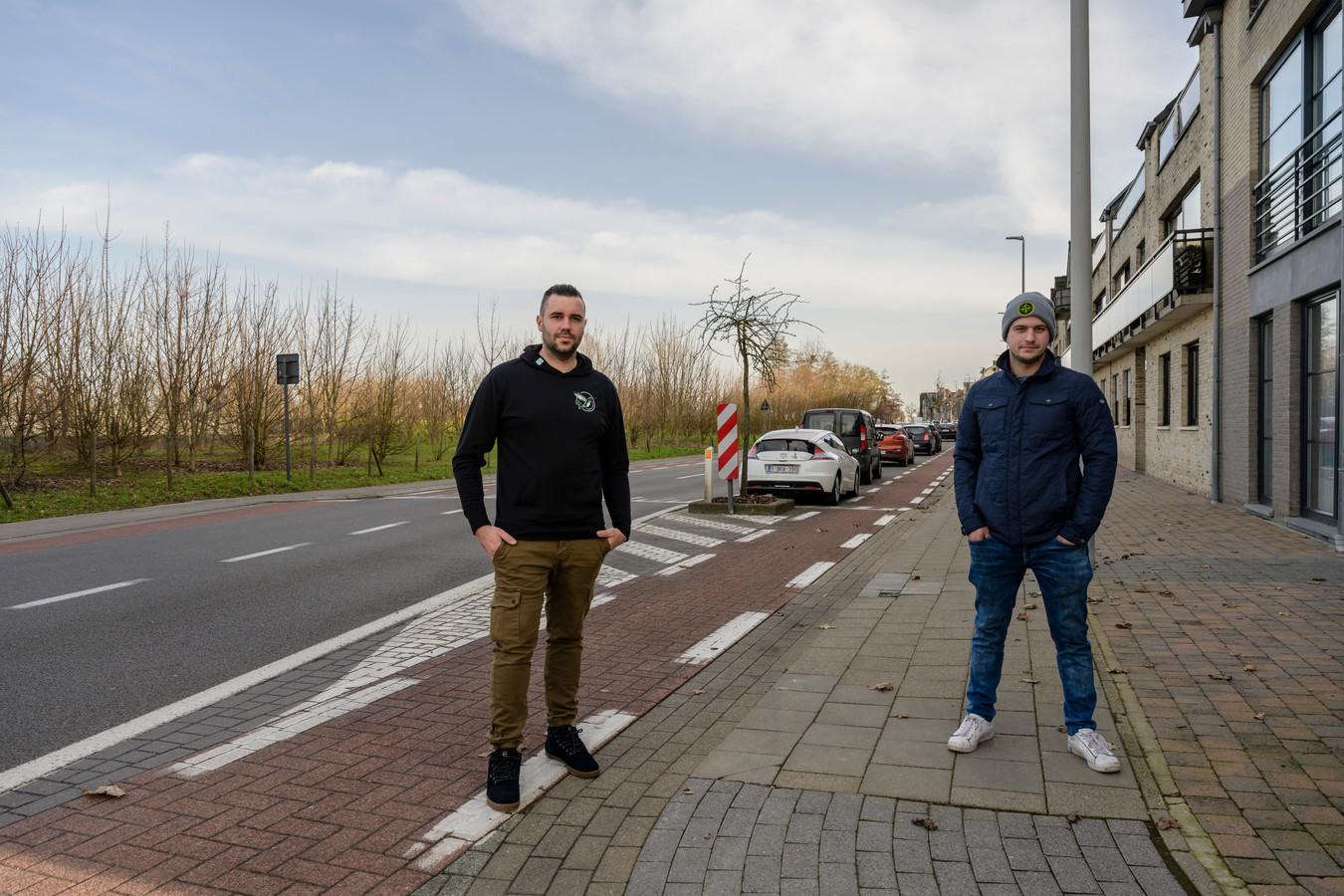 """Jordy Van Praet en David Mariën werkten een plan uit om de parkeerdruk in de omgeving van Kier op te lossen. """"Dat kan door aan de overzijde van de Sint-Ursmarusstraat een extra parkeerstrook te voorzien"""", zeggen ze."""