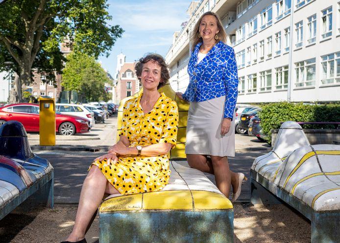 Annette de Boer, directeur GGD Haaglanden (l) en Ingrid Wolf, bestuursvoorzitter van Haaglanden Medisch Centrum op de 'Ziekenhuisbedjes' van kunstenaar Jan Snoeck.