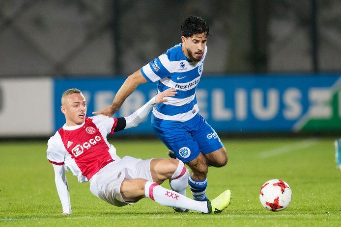 3 november 2017: De Graafschap-linksback Jordy Tutuarima (rechts) probeert Jong Ajax-speler Noa Lang van zich af te schudden.