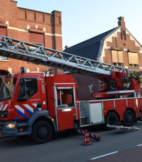 Brandweer vervoert medische patiënt met ladderwagen in Boxtel