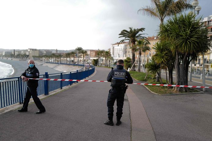 La police ferme la Promenade des Anglais à Nice.