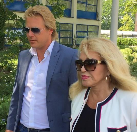 Patricia en haar man Robert Hinfelaar arriveren bij de rechtbank.