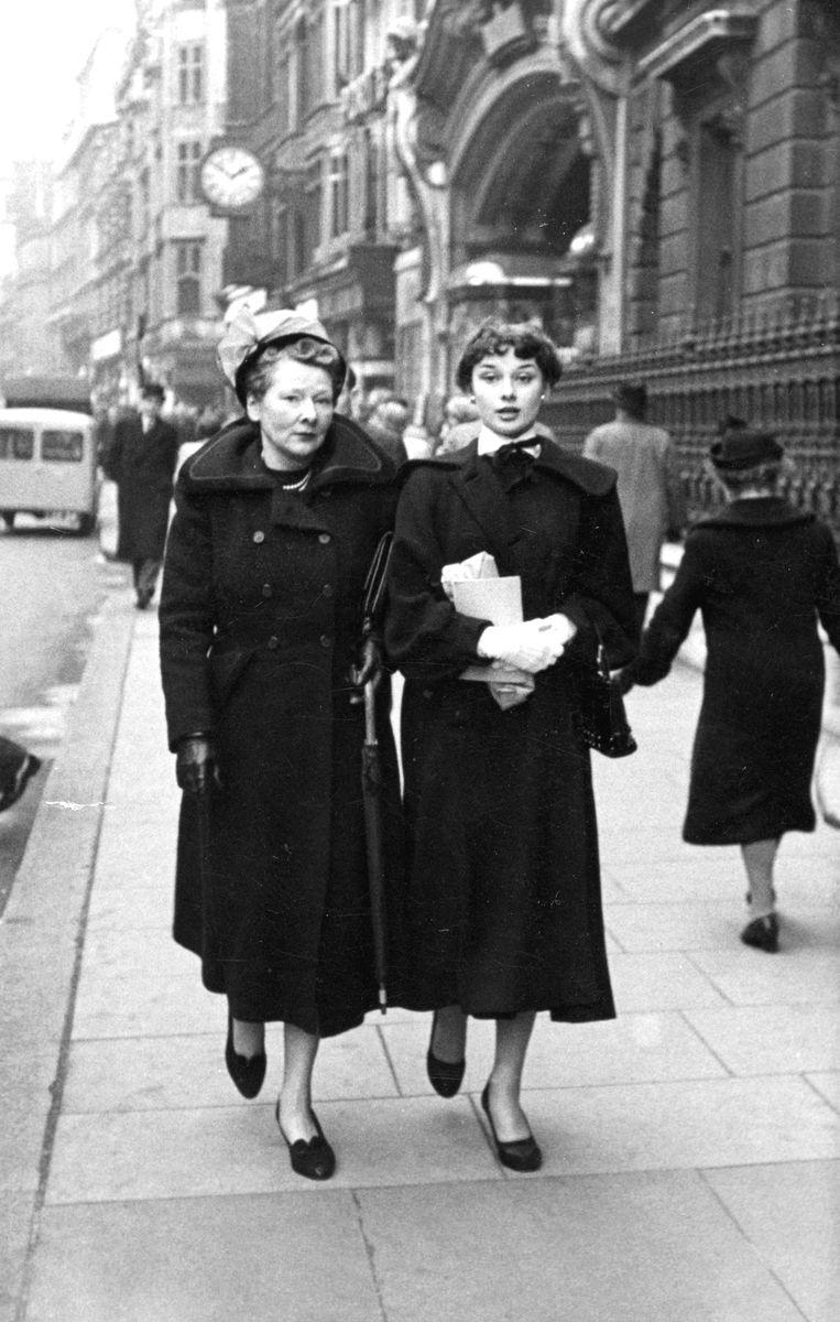 Hepburn met moeder Ella van Heemstra. Beeld Photographer unknown / Dotti Collection