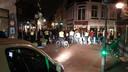 Zaterdagavond drijft de politie de jongeren op door de Bruggestraat om hen te verspreiden.
