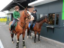 Te paard door de drive-through: 'Hallo! Een portie sappige appels-to-go graag...'