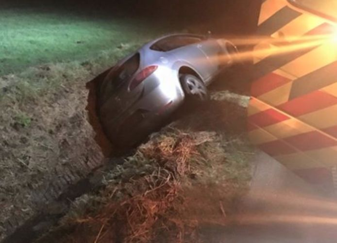 In Hansweert belandde een auto dinsdagochtend vroeg in de sloot.