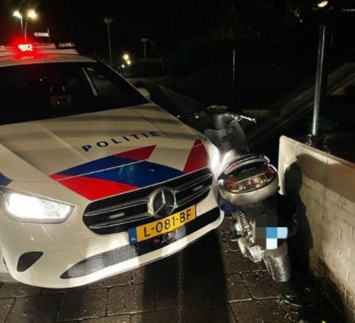 De scooterrijder kwam met enige hulp van de politie tot stilstand.