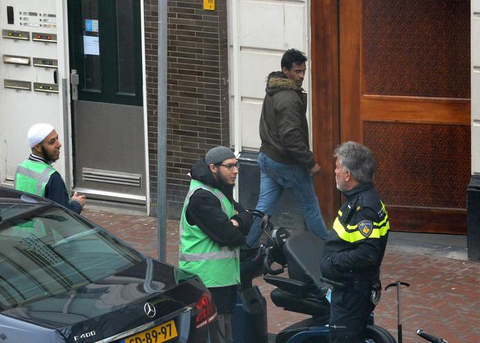 Bij de El Moushinin moskee in Den Haag stond vanmiddag een agent voor de deur.