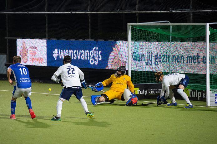 HC Tilburg-doelman Sander van Berkel had het zwaar te verduren vrijdagavond tegen Kampong.
