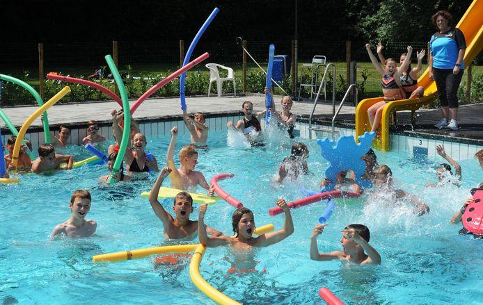 Het zwembad van Arnemuiden is weer open, tot grote vreugde van de jeugd.