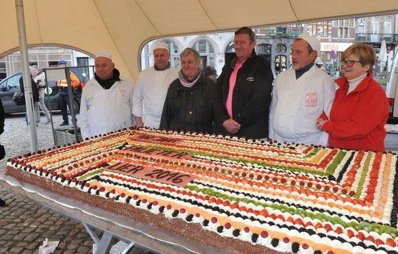 Bakker Johan Hendrickx bij zijn creatie voor het nieuwjaarsfeest in 2016: één reuzegrote biscuit.