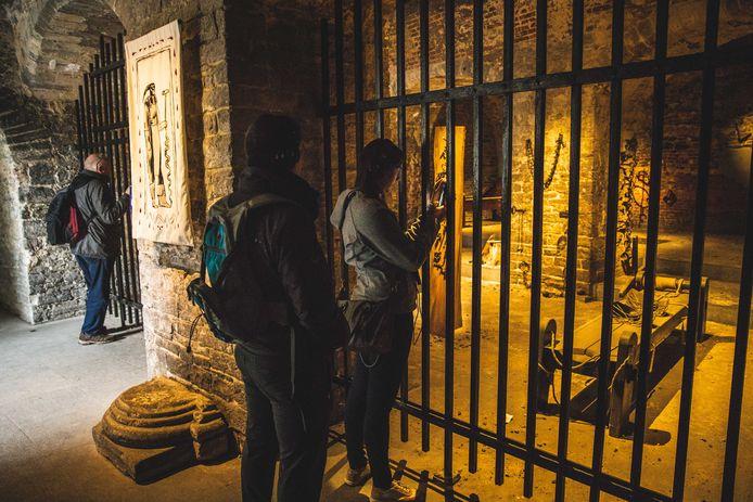 Het Kabinet van de Beul in het Gravensteen. De marteltuigen zijn enkel vanop afstand te zien.