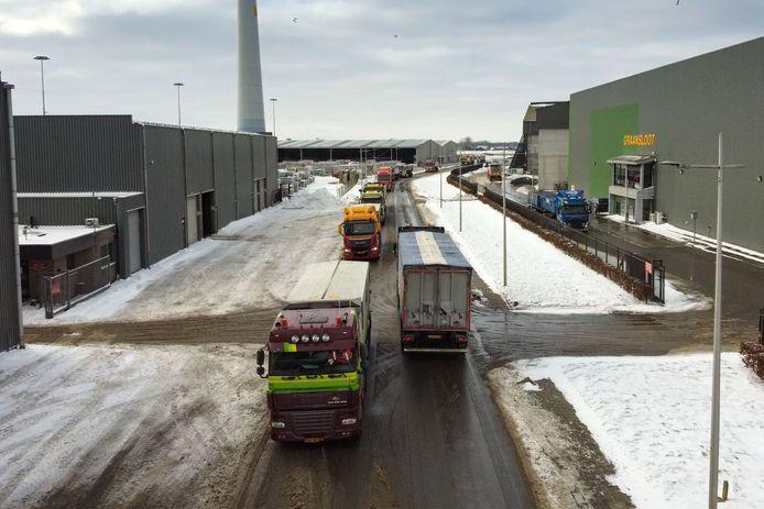 Grote drukte bij het zoutdepot bij Recycling Kampen aan de Haatlandhaven in Kampen.