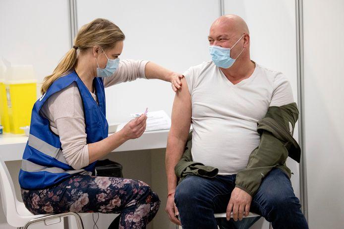 Een man wordt gevaccineerd tegen het coronavirus in het ADO stadion.