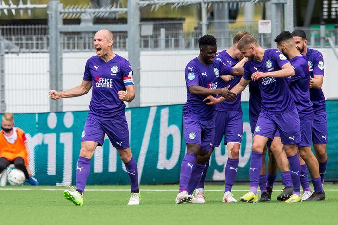 Aangever Arjen Robben juicht na de 0-2.