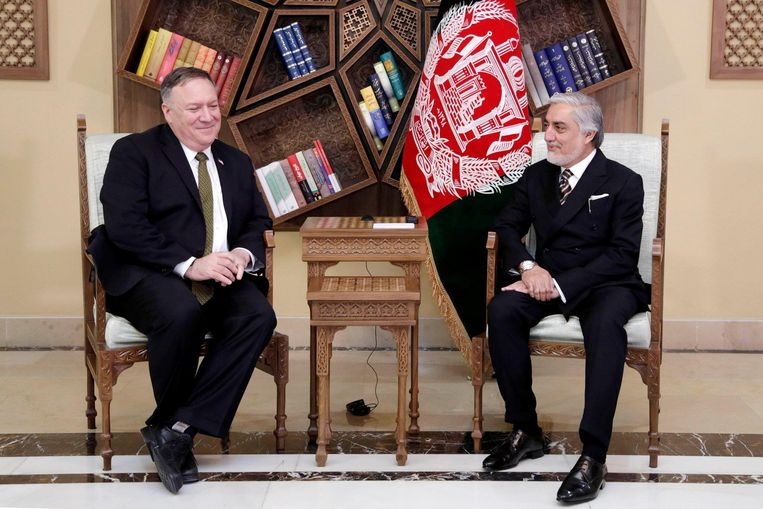 De Amerikaanse minister van Buitenlandse Zaken Mike Pompeo (links) met Abdullah Abdullah, de belangrijkste politieke rivaal  van de Afghaanse president Ashraf Ghani, in het Sepidar-paleis in Kaboel. Beeld via REUTERS