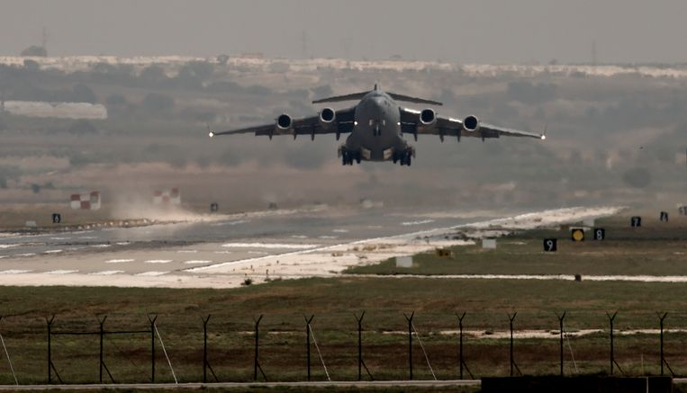 Een Amerikaans militair toestel vertrekt van de luchtmachtbasis in Incirlik. Beeld ap