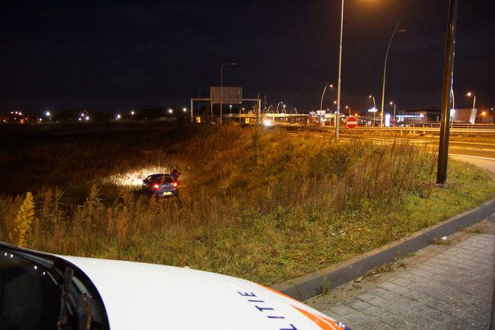Auto belandt onderaan talud op Noorder Allee Waalwijk.
