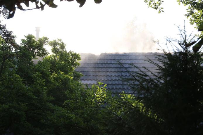 Rook uit het dak van de woonboerderij.