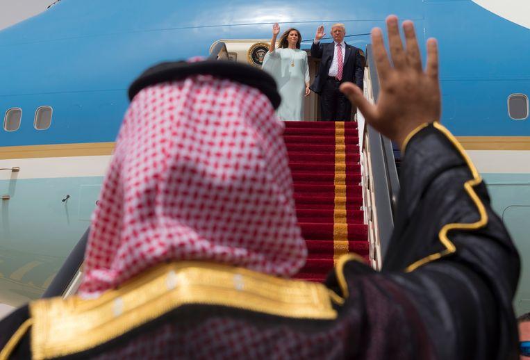 President Donald Trump en zijn vrouw Melania toen ze op 22 mei Saoedi-Arabië verlieten en naar Israël vlogen. Beeld AFP