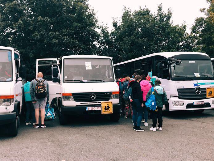 Begeleiders en directie helpen elk kind naar de juiste bus. Dit duurt normaal drie minuten, maar door de coronamaatregelen duurt dat 30 minuten.