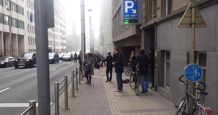Ruim een uur na de explosies op luchthaven Zaventem was er ook een explosie in een metrostation Maalbeek in het centrum van Brussel. Een foto op Twitter toont hoe rook uit het station komt. Beeld epa