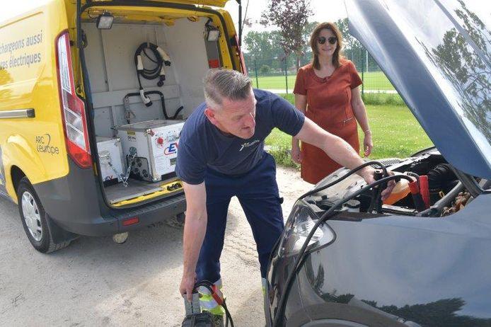 Medewerker van Touring depanneert een elektrische auto.