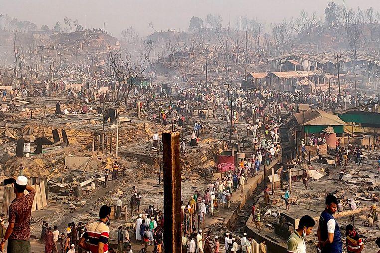 Een Rohingya-vluchtelingenkamp nadat een grote brand het kamp in Cox's Bazar, Bangladesh, platbrandde. Beeld Reuters
