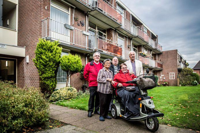 Bewoners van het complex aan de Duivenlaan. V.l.n.r.: Jan Veldhuis, mevrouw Schaake, de heer Tiekink, Ria Ligtenberg en Harry Morée.