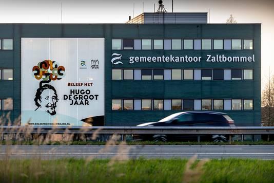 Met een spandoek van honderd vierkante meter aan de gevel van het gemeentekantoor wil de gemeente Zaltbommel aandacht trekken voor het Hugo de Grootjaar.
