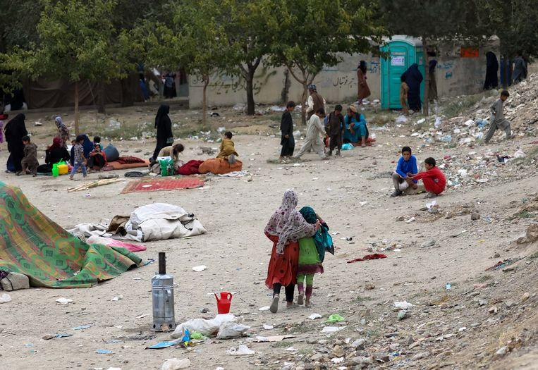 Gezinnen uit de noordelijke provincies zijn gevlucht naar Kabul, waar ze nu door de Taliban zijn achterhaald. Beeld EPA
