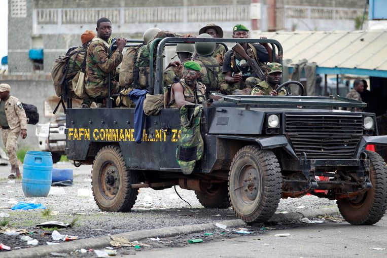 New Forces soldiers loyal to Alassane Ouattara drive at a checkpoint at one of the principal entrances to Abidjan, Ivory Coast, Tuesday, April 5, 2011. Ivory Coast's entrenched strongman Laurent Gbagbo huddled in a bunker at his home and was exploring different options for his surrender, officials said Tuesday, as forces backing the country's democratically elected leader seized the residence.(AP Photo/Rebecca Blackwell) Beeld AP