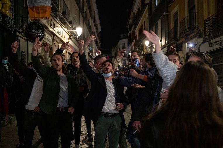 Toeristen in Madrid maken zich op voor de avondklok, die pas om 11 uur 's avonds ingaat. Beeld Getty Images